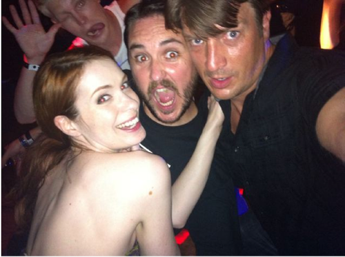 Wil_wheaton_nathan_fillion_felicia_day_comicon_photobomb